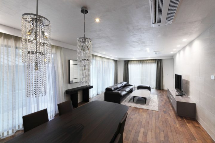 明るいお部屋に、ポイントポイントで、ダークな色の家具が配置された、モダンな横浜市川崎市のお住まいです。新築の打ち合わせからコーディネートに関わり、内装、外装、照明計画など含めてご提案しました。