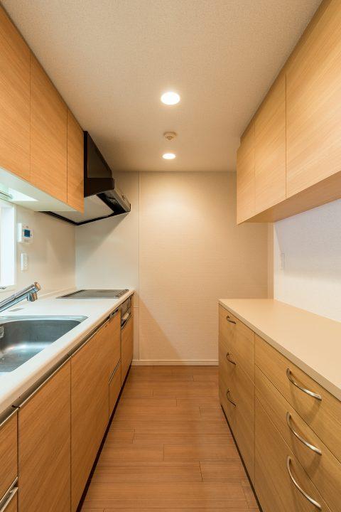 造作の食器棚は、ほとんどキッチンと同じ雰囲気になりました